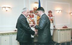 Inmanare medalie Iulian Proca de catre presedintele Timofti
