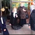 video-mai-multi-minori-si-enoriasi-s-au-rugat-in-genunchi-in-fata-parlamentului-1381485544