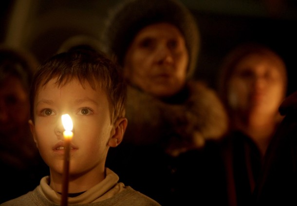 Believers pray in a church in Moscow January 6, 2010. Russia celebrates Christmas on January 7, according to the Julian calendar that is used by the country's Orthodox church. REUTERS/Sergei Karpukhin (RUSSIA - Tags: RELIGION)