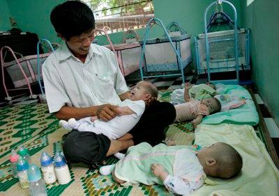 285127 250991551588548 5576227 n Un vietnamez a adoptat mai mult de 50 de copii nedoriţi pentru a i salva de la avort