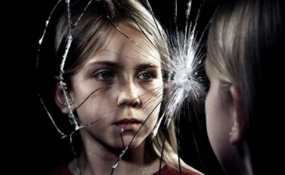 Девочка-у-треснувшего-зеркала