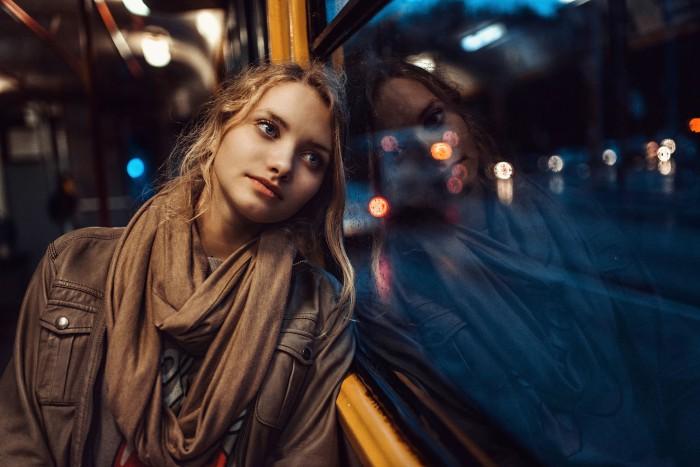portret-devushka-okno