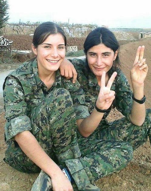 … și două femei din YPJ (nordul Siriei și Kurdistanul irakian)