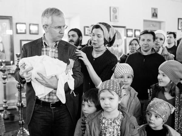 familie copii la biserica