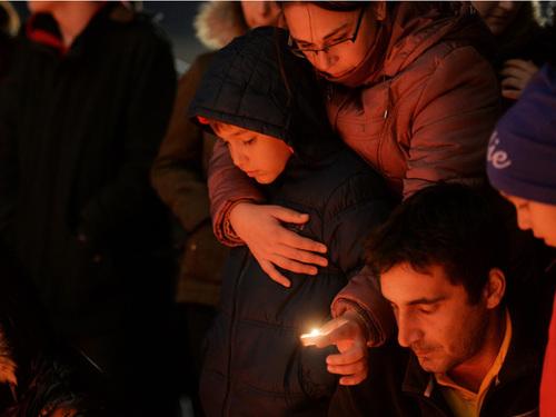 Sute de bucuresteni au aprins candele, sambata 31 Octombrie 2015, la intrarea in Club Colectiv din Capitala. 27 de tineri au decedat vineri noapte in incendiul ce a izbucnit in timpul unui concert de muzica heavy metal, la care participau peste 300 de spectatori. Andreea Alexandru/Mediafax Foto