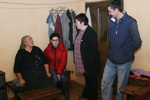 Membrii grupului, acasă la Maria Catanas
