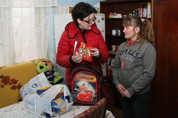 Bianca Vlaica, ducând cadouri familiei Talos din Jac