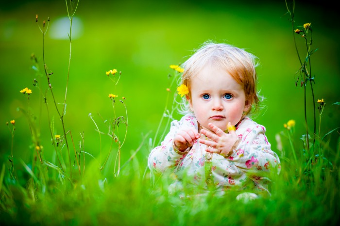 1380318765-baby-girl-sitting-grassland-wallpapers
