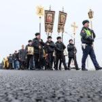 Drumul crucii cu epoleți. Sute de polițiști însoțiți de preoți au mărșăluit pe străzile din Krasnodar, pentru a reduce, astfel, numărul de accidente rutiere