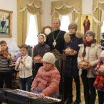 Colind ce te va face să lăcrimezi… Mitropolitul Vladimir colindat de copii cu vederea slabă